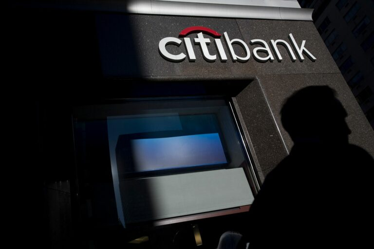 بنك عالمي يخسر 500 مليون دولار والسبب؟ إهمال الكتابة لتجربة المستخدم